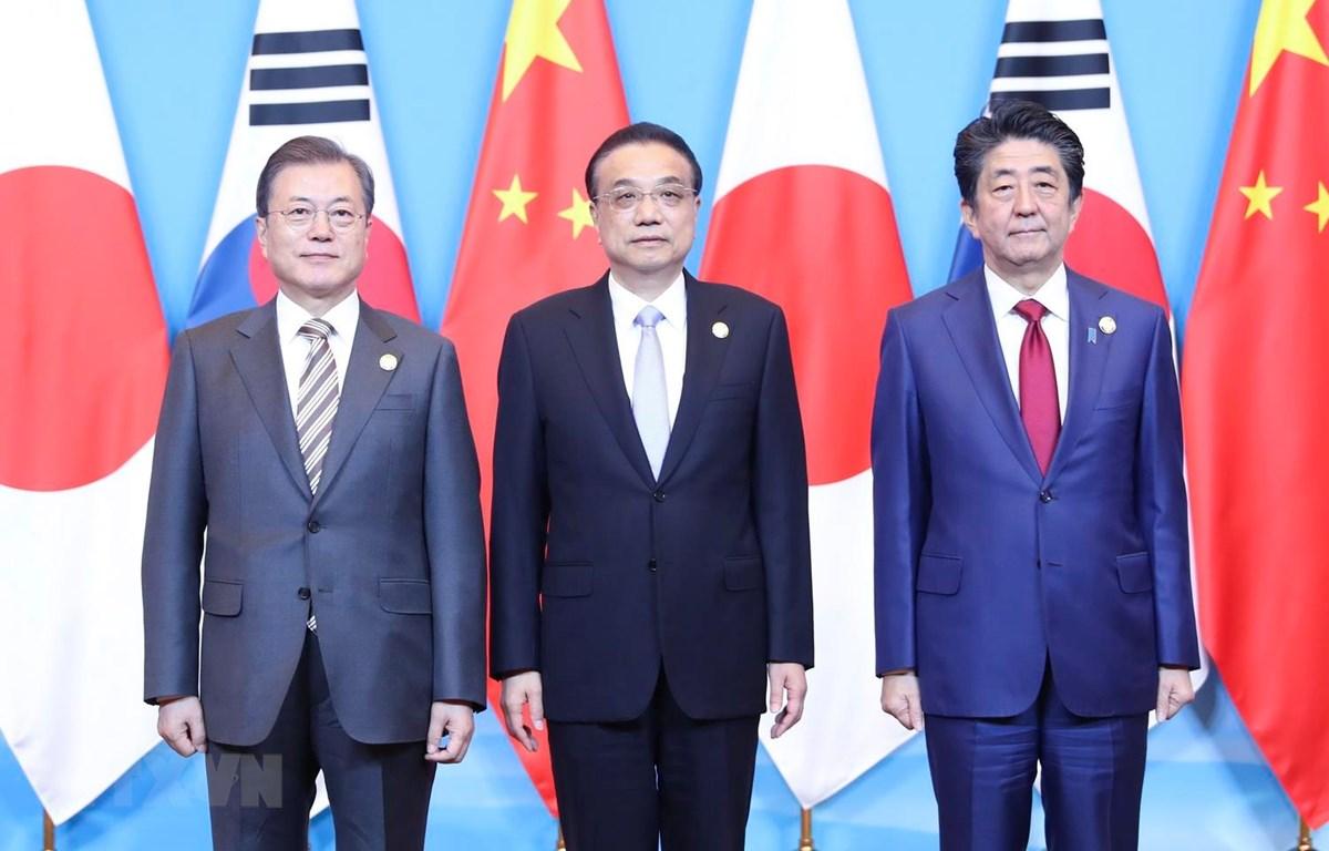 Tổng thống Hàn Quốc Moon Jae-in, Thủ tướng Trung Quốc Lý Khắc Cường và Thủ tướng Nhật Bản Shinzo Abe tại cuộc gặp ở Thành Đô, Trung Quốc ngày 24/12 vừa qua. (Ảnh: THX/TTXVN)