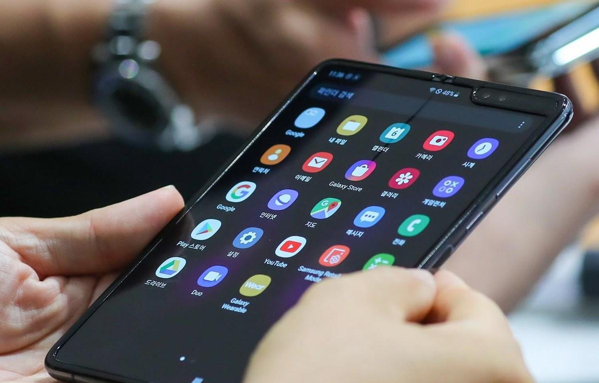 Khách hàng trải nghiệm điện thoại Samsung Galaxy Fold tại một cửa hàng ở Seoul, Hàn Quốc ngày 6/9 vừa qua. (Ảnh: Yonhap/TTXVN)