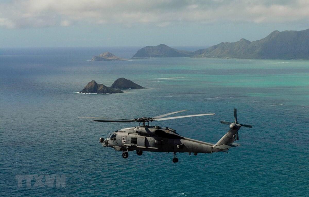 Trực thăng MH-60R Sea Hawk của Mỹ hỗ trợ lực lượng cứu hộ tìm kiếm máy bay mất tích ngoài khơi Oahu, Hawaii. (Ảnh: Navy/TTXVN)