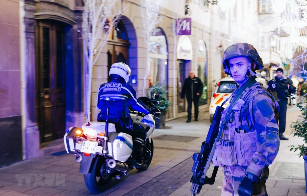 Binh sỹ gác tại hiện trường vụ tấn công gần chợ Giáng sinh ở Strasbourg của Pháp. (Ảnh: AFP/TTXVN)