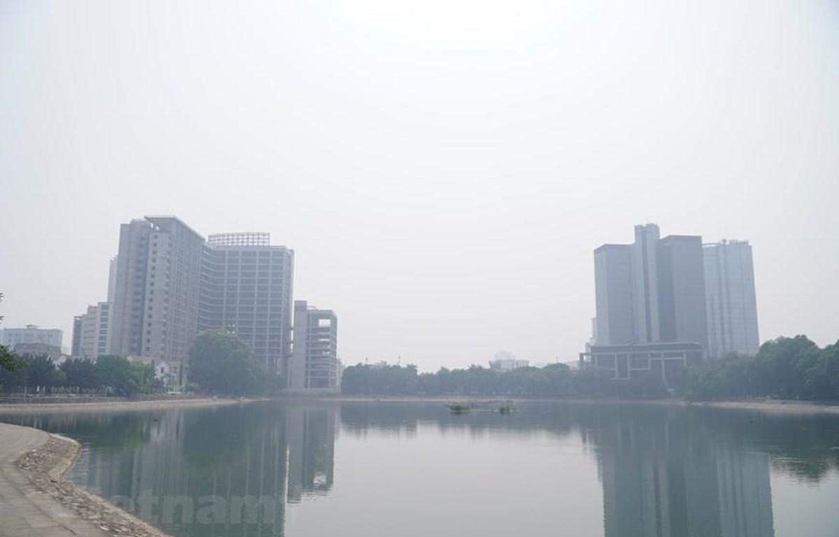 Một máy đo chất lượng không khí khác được đặt tại hồ Thành Công, quận Đống Đa, Hà Nội, chỉ số AQI được đo tại đây là 158. (Ảnh: Minh Hiếu/Vietnam+)