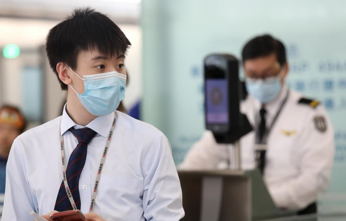 Nhân viên tại sân bay quốc tế Hongkong đeo mặt nạ giữa lúc dịch sởi bùng phát, đã ảnh hưởng đến một số người làm việc tại sân bay. (Nguồn: scmp)