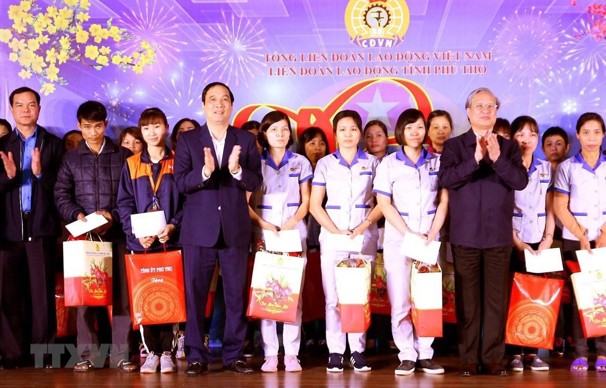 Ông Trần Quốc Vượng tặng quà công nhân có hoàn cảnh khó khăn của Công ty Trách nhiệm hữu hạn JNTC VINA. (Ảnh: Trung Kiên/TTXVN)