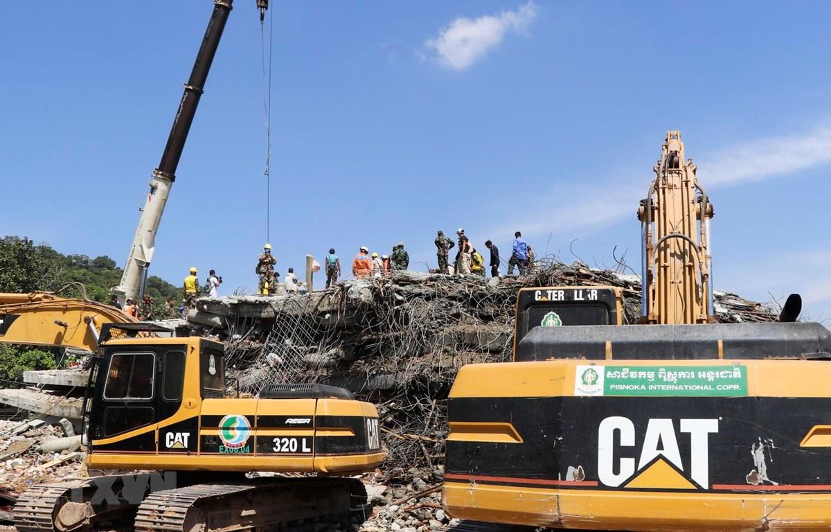 Lực lượng cứu hộ tìm kiếm nạn nhân tại hiện trường vụ sập công trình đang thi công tại Kep của Campuchia, ngày 4/1. (Ảnh: THX/TTXVN)