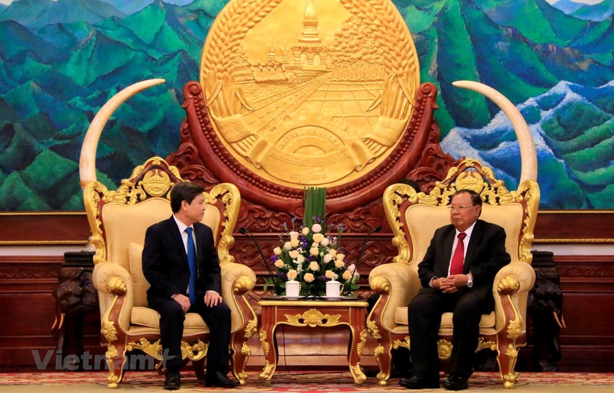 Tổng Bí Thư, Chủ tịch nước Lào Bounnhang Vorachith đang tiếp thân mật đồng chí Lê Minh Trí cùng đoàn. (Ảnh: Phạm Kiên-Thu Phương/Vietnam+)