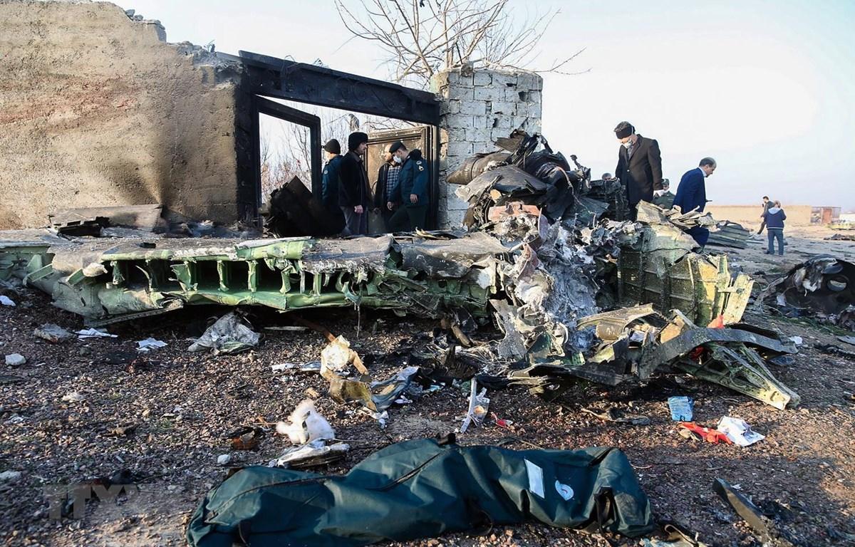 Hiện trường máy bay Boeing 737-800 của Hãng hàng không quốc tế Ukraine rơi gần sân bay Imam Khomeini ở Tehran của Iran ngày 8/1. (Ảnh: AFP/TTXVN)