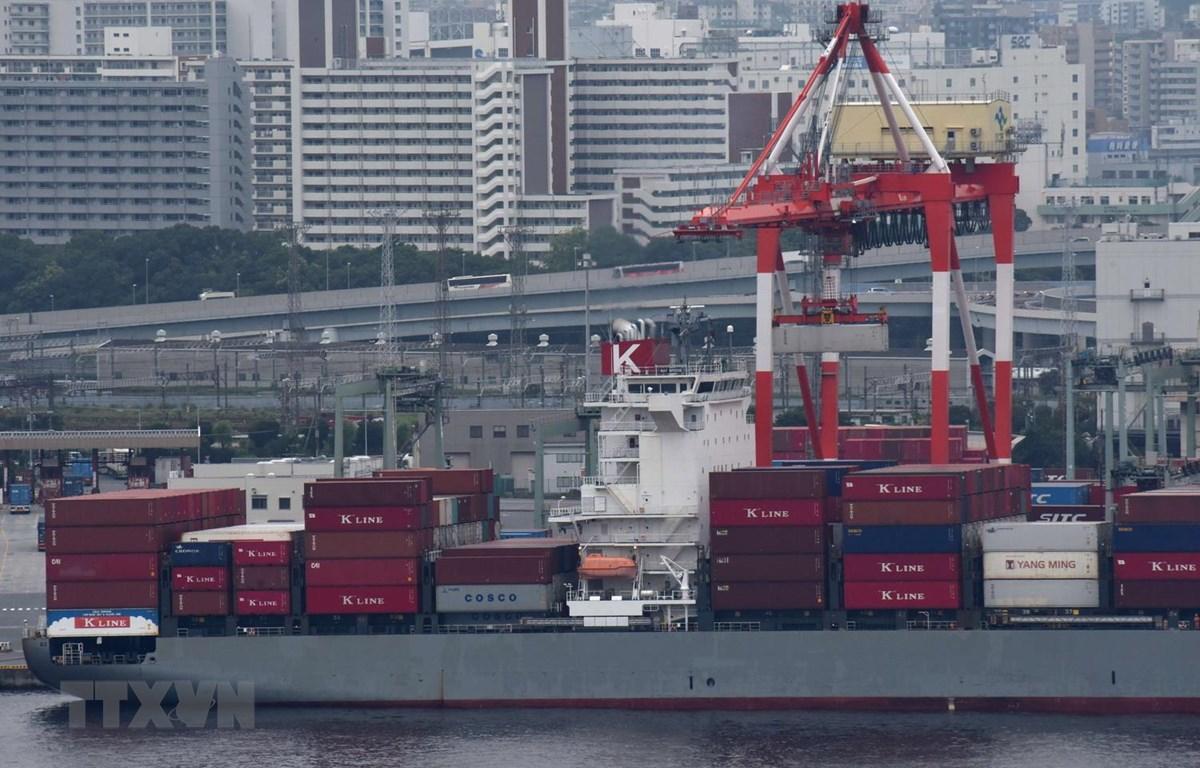 Tàu chở hàng hóa neo tại cảng ở Tokyo của Nhật Bản. (Ảnh: AFP/TTXVN)