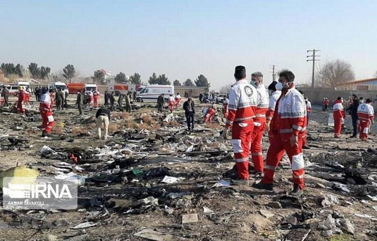 Lực lượng cứu hộ làm nhiệm vụ tại hiện trường vụ rơi máy bay chở khách của Hãng hàng không quốc tế Ukraine ở Tehran của Iran ngày 8/1 vừa qua. (Ảnh: IRNA/TTXVN)