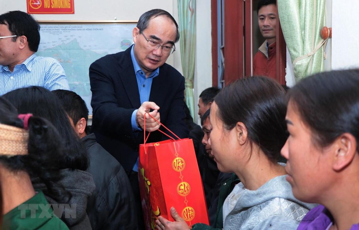 Bí thư Thành ủy thành phố Hồ Chí Minh Nguyễn Thiện Nhân đến thăm, tặng 100 xuất quà tết cho 100 hộ gia đình nghèo tại xã Thuần Mang, huyện Ngân Sơn. (Ảnh: Vũ Hoàng Giang/TTXVN)