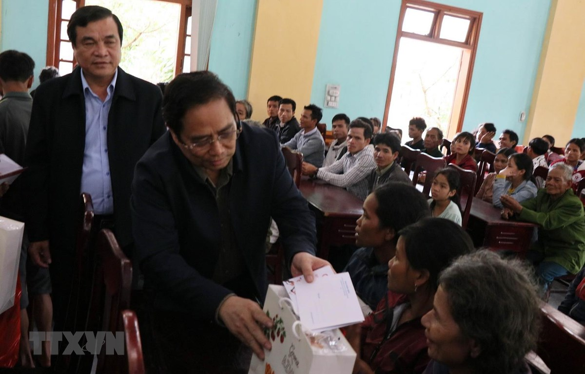 Trưởng Ban Tổ chức Trung ương Phạm Minh Chính thăm, tặng quà Tết cho một số gia đình chính sách, đồng bào nghèo tại huyện vùng cao Nam Trà My, tỉnh Quảng Nam. (Ảnh: Trần Tĩnh/TTXVN)