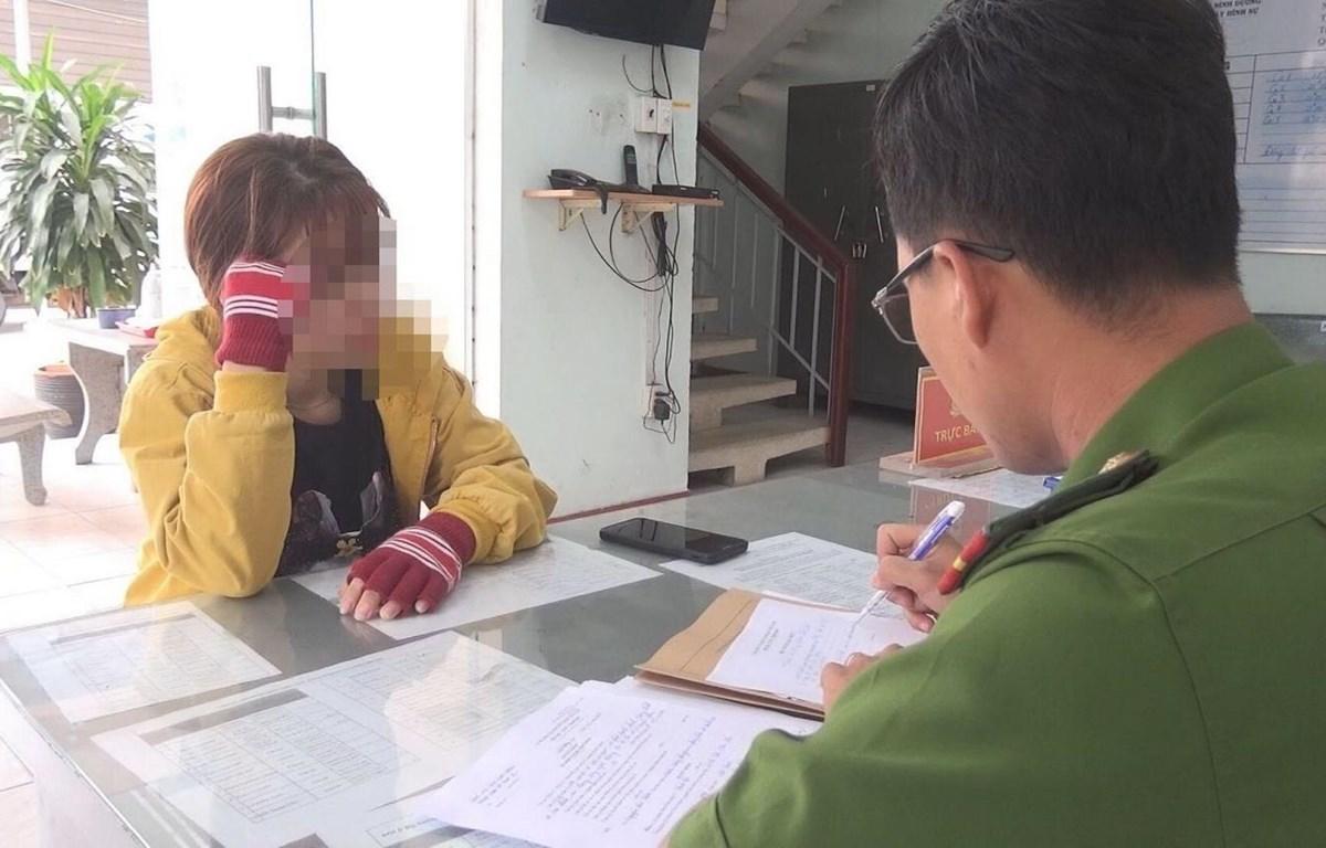 Đinh Thị Thu Yến làm việc tại cơ quan công an. (Ảnh: Nguyễn Văn Việt/TTXVN)