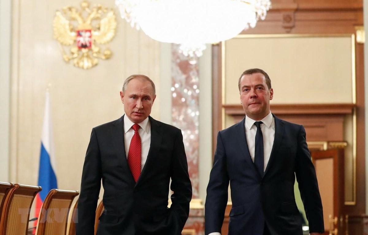 Tổng thống Nga Vladimir Putin (trái) và Thủ tướng Dmitry Medvedev trong cuộc gặp tại Moskva ngày 15/1. (Ảnh: AFP/TTXVN)