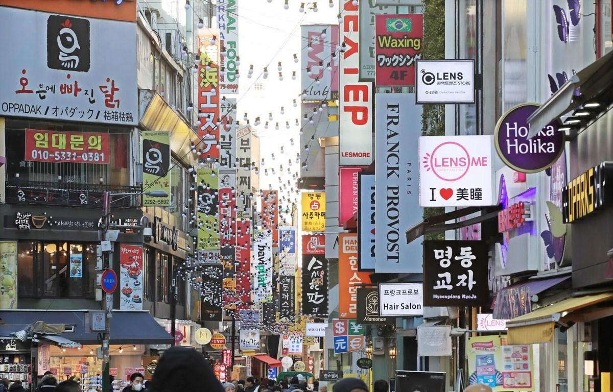 Người dân mua sắm hàng hóa tại khu vực Myeongdong, thủ đô Seoul của Hàn Quốc. (Ảnh: Yonhap/ TTXVN)