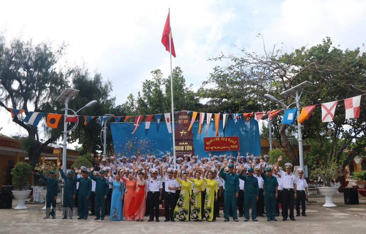 Quân và dân trên đảo Sinh Tồn, quần đảo Trường Sa, tỉnh Khánh Hòa gửi lời chào, chúc mừng năm mới về đất liền vào sáng mùng một Tết Canh Tý 2020. (Ảnh: Nguyễn Văn Nhật/TTXVN)
