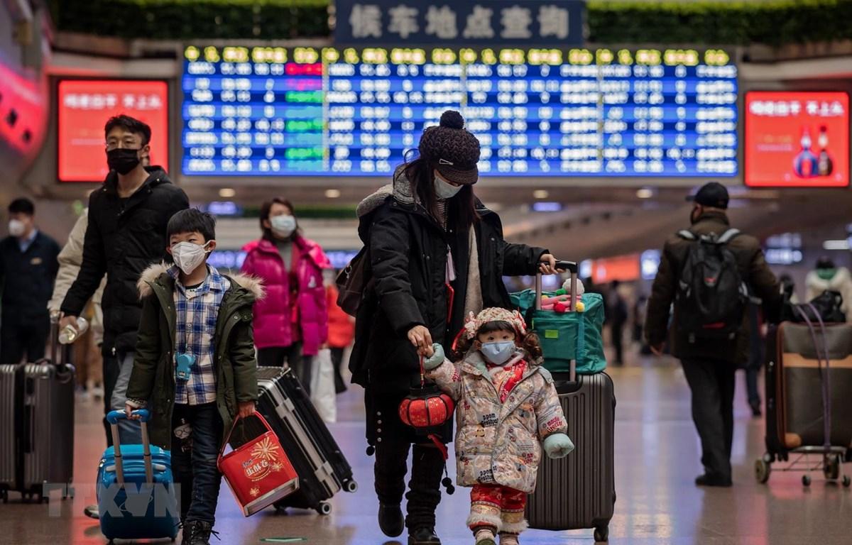 Đeo khẩu trang phòng chống dịch bệnh viêm phổi lạ do nhiễm virus corona tại nhà ga ở Bắc Kinh, Trung Quốc, ngày 24/1. (Ảnh: AFP/TTXVN)