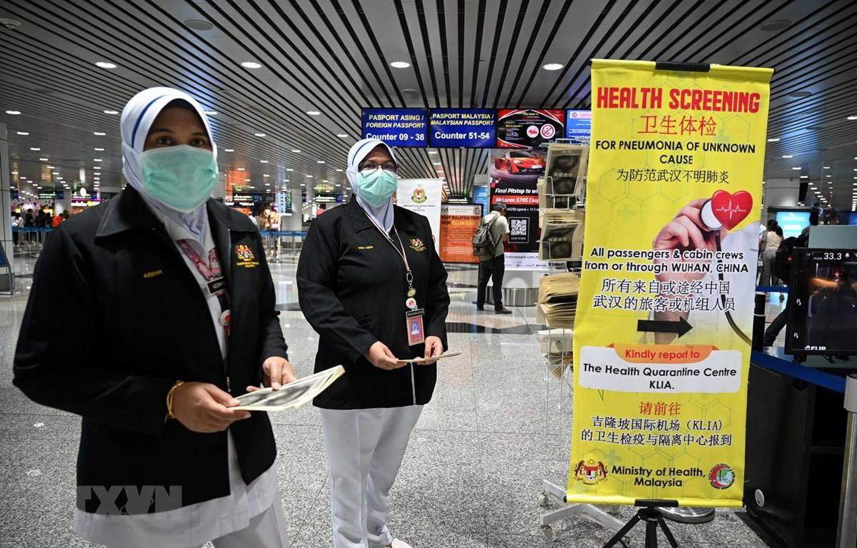 Nhân viên y tế Malaysia được triển khai tại sân bay quốc tế Kuala Lumpur ở Sepang nhằm tăng cường biện pháp ngăn chặn sự lây lan của virus corona mới. (Ảnh: AFP/TTXVN)