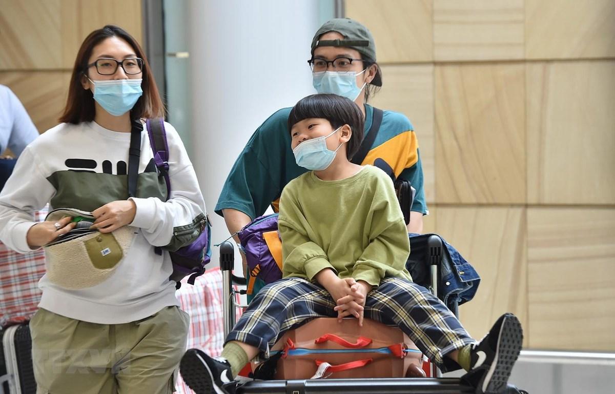 Hành khách đeo khẩu trang phòng chống virus corona gây bệnh viêm phổi lạ tại sân bay Sydney, Australia, ngày 25/1 vừa qua. (Ảnh: AFP/TTXVN)