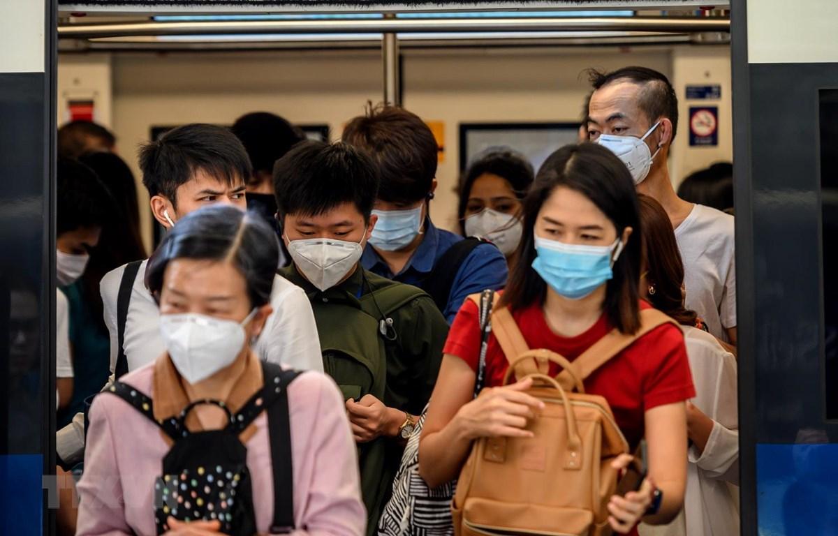 Người dân đeo khẩu trang phòng tránh lây nhiễm virus corona tại Bangkok, Thai Lan, ngày 27/1 vừa qua. (Ảnh: AFP/TTXVN)