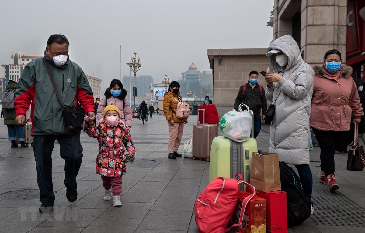Hành khách đeo khẩu trang phòng dịch viêm phổi do virus corona tại nhà ga tàu hỏa tại Bắc Kinh, Trung Quốc, ngày 27/10. (Ảnh: AFP/TTXVN)