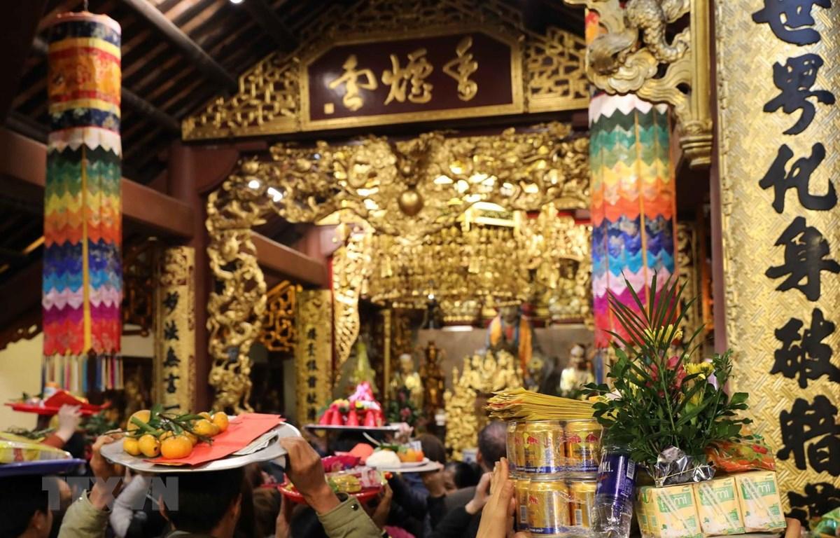 Du khách dâng lễ, cầu an, khấn Phật trong ngày khai hội Chùa Hương. (Ảnh: Thanh Tùng/TTXVN)