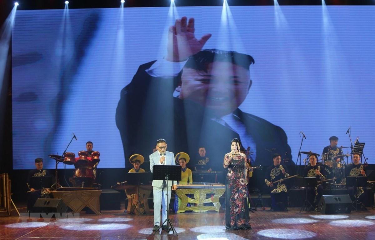 """Tiết mục song ca Bài hát Triều Tiên """"Mong muốn cháy bỏng,"""" trong buổi tổng duyệt chương trình nghệ thuật ca ngợi tình hữu nghị Việt Nam-Triều Tiên trong năm 2019. (Ảnh: Thành Đạt/TTXVN)"""