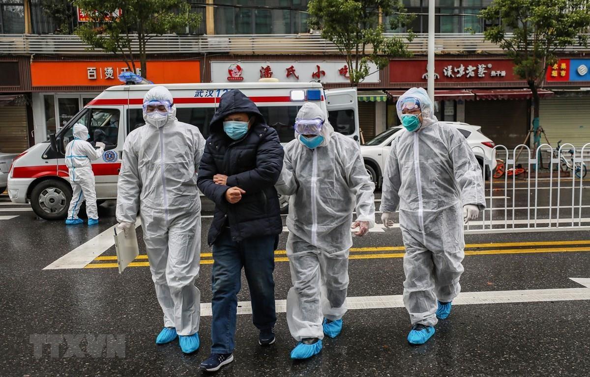 Nhân viên y tế đưa bệnh nhân nhiễm virus corona vào bệnh viện để điều trị tại Hồ Bắc, Trung Quốc ngày 26/1/2020. (Ảnh: AFP/TTXVN)