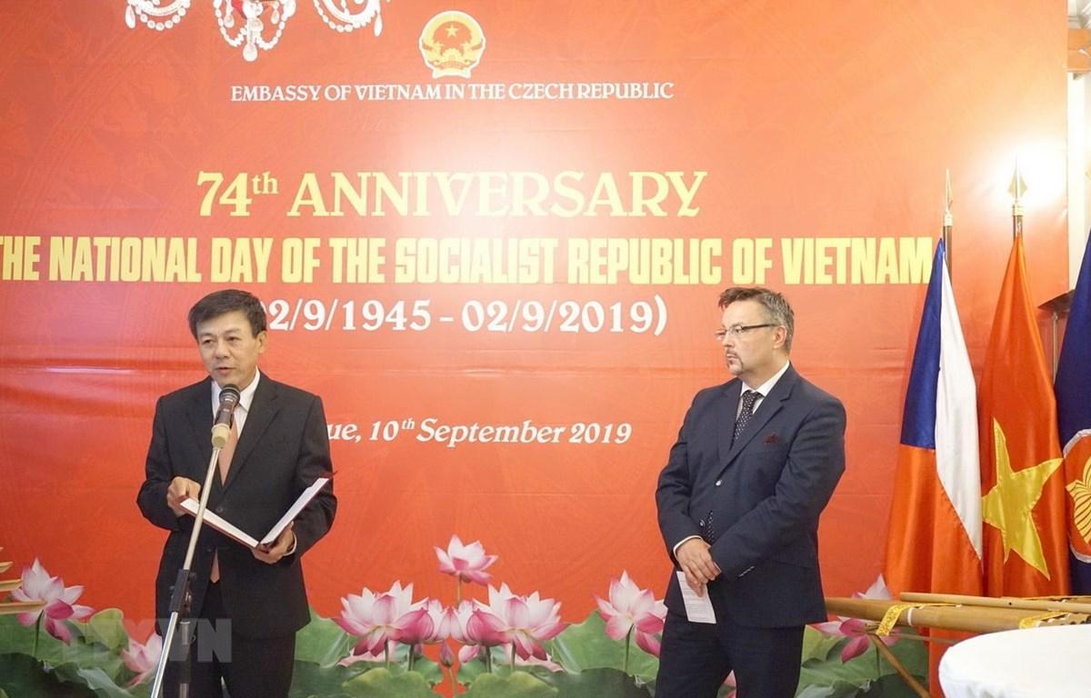 Đại sứ Việt Nam tại Séc Hồ Minh Tuấn phát biểu khai mạc tại chiêu đãi trọng thể kỷ niệm 74 năm Quốc khánh nước CHXHCN Việt Nam (2/9/1945-2/9/2019). (Ảnh: Hồng Kỳ/TTXVN)