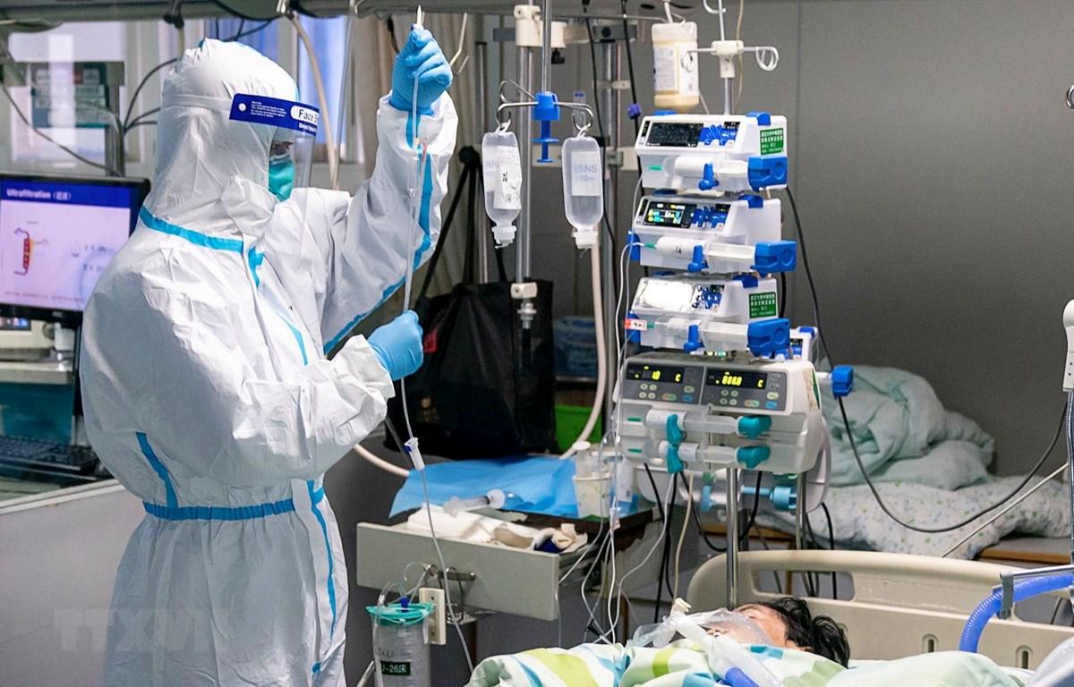 Điều trị cho bệnh nhân nhiễm virus corona tại bệnh viện ở Vũ Hán, tỉnh Hồ Bắc, Trung Quốc ngày 24/1 vừa qua. (Ảnh: THX/TTXVN)