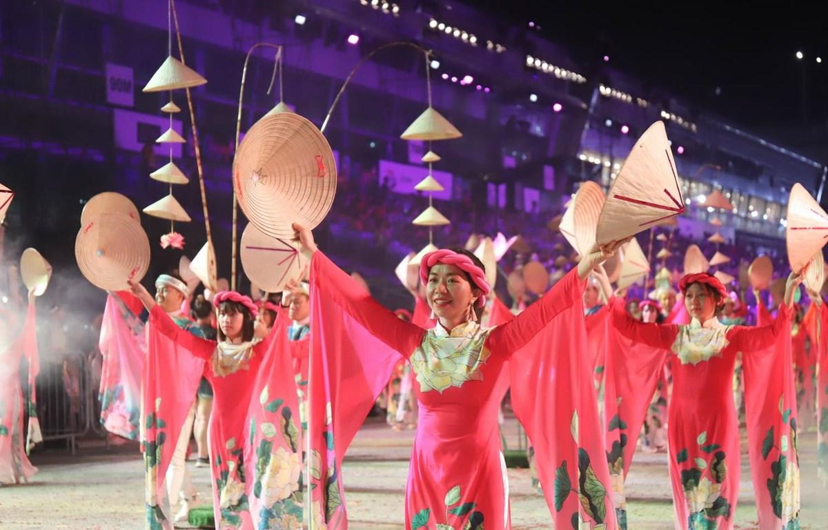 Đoàn Việt Nam mang đến lễ hội áo dài, hoa sen và nón lá truyền thống. (Ảnh: Lê Dương/Vietnam+)