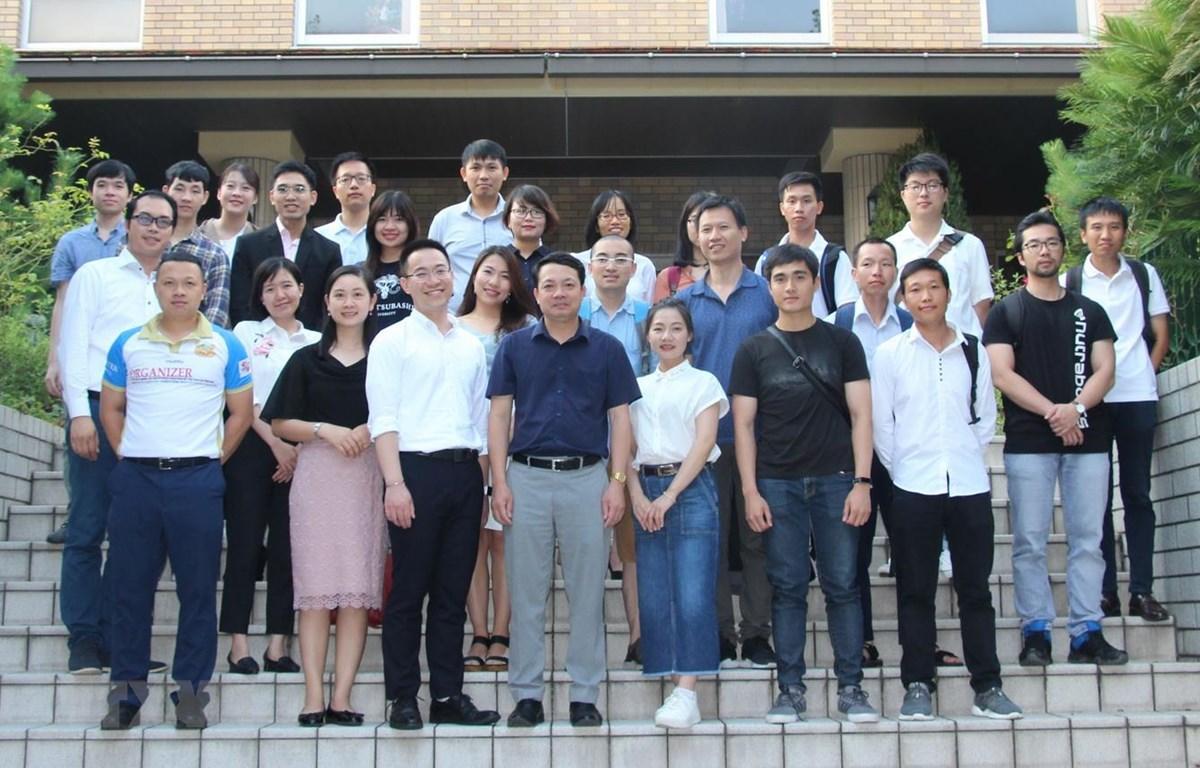 Các đảng viên mới và quần chúng ưu tú tham dự một lớp bồi dưỡng lý luận chính trị do Chi bộ Tokyo 1 tổ chức. (Ảnh: TTXVN phát)