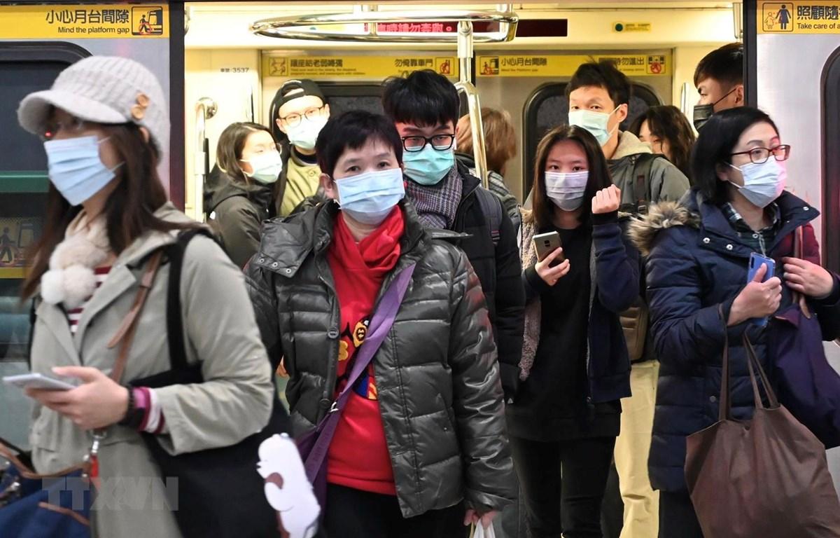 Người dân đeo khẩu trang phòng lây nhiễm virus corona mới tại Đài Bắc, Đài Loan, Trung Quốc, ngày 30/1. (Ảnh: AFP/TTXVN)