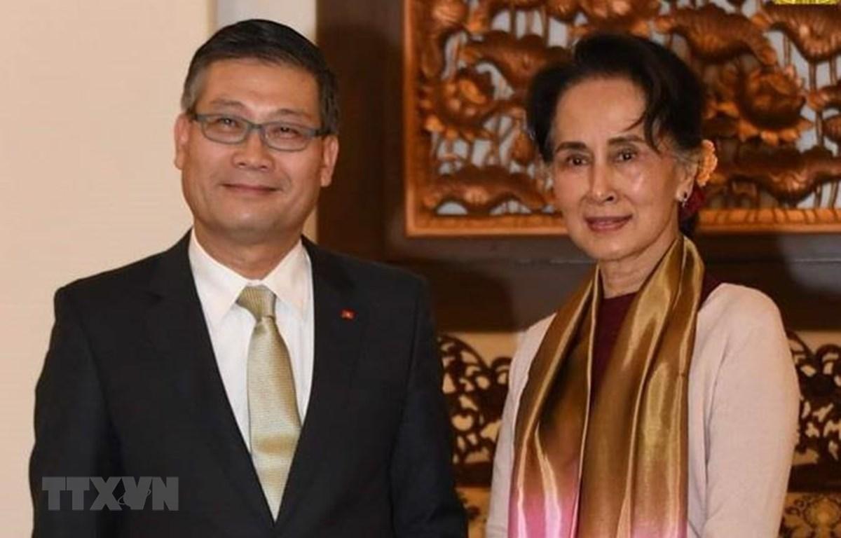Đại sứ Việt Nam tại Myanmar Lý Quốc Tuấn chụp ảnh lưu niệm với Cố vấn Nhà nước Myanmar Aung San Suu Kyi. (Ảnh: TTXVN phát)