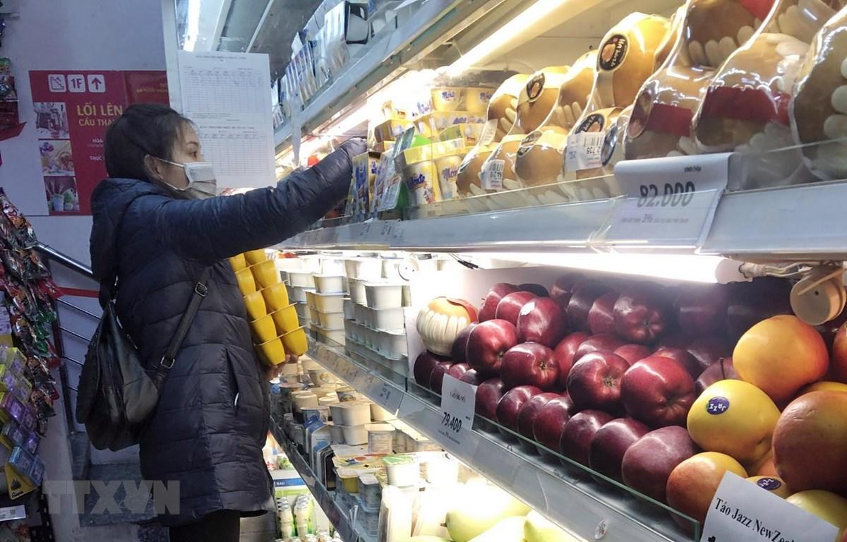 Khách lựa chọn hàng hóa tại siêu thị Vinmart. (Ảnh: Trần Việt/TTXVN)