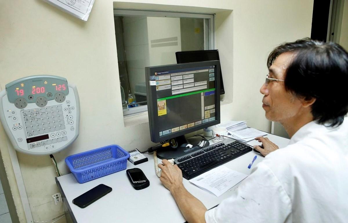 Một ca chẩn đoán hình ảnh các bệnh lý sỏi tiết niệu theo chương trình khám miễn phí tại bệnh viện Hữu nghị Việt Đức. (Ảnh: Dương Ngọc/TTXVN)
