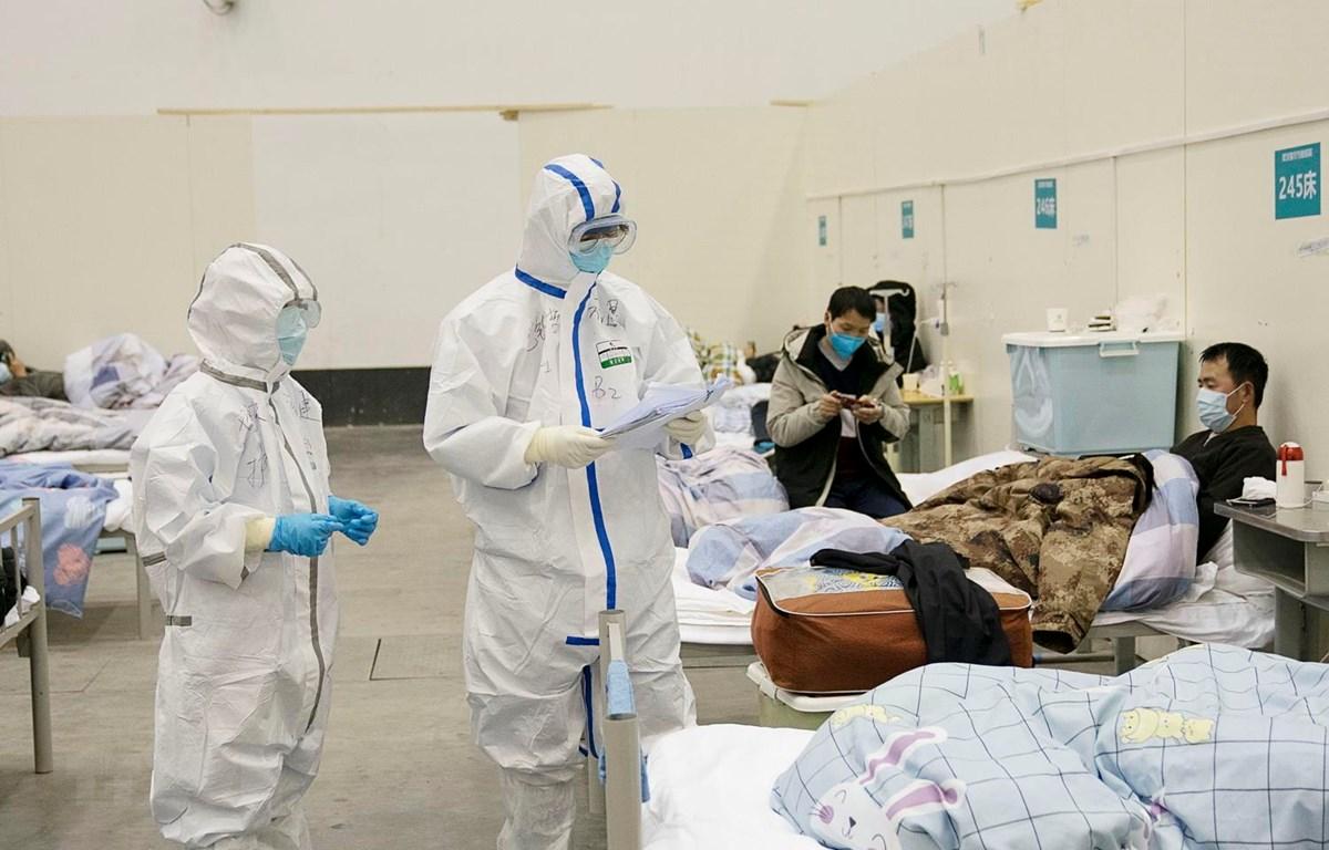 Nhân viên y tế điều trị cho bệnh nhân nhiễm virus corona chủng mới tại bệnh viện dã chiến ở Vũ Hán, tỉnh Hồ Bắc, Trung Quốc, ngày 10/2. (Ảnh: THX/TTXVN)