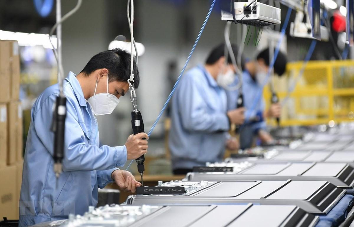 Công nhân sản xuất tại một phân xưởng của Skyworth ở Quảng Châu, thủ phủ tỉnh Quảng Đông, Trung Quốc ngày 10/2 vừa qua. (Ảnh: THX/TTXVN)