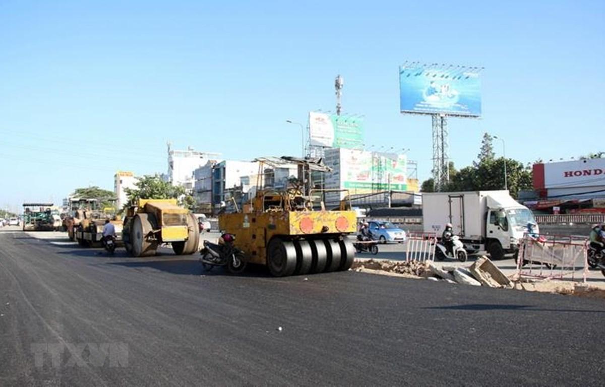 Thảm bêtông nhựa đường mở rộng Quốc lộ 22 để thi công các đốt hầm còn lại của nhánh N2. (Ảnh: Tiến Lực/TTXVN)