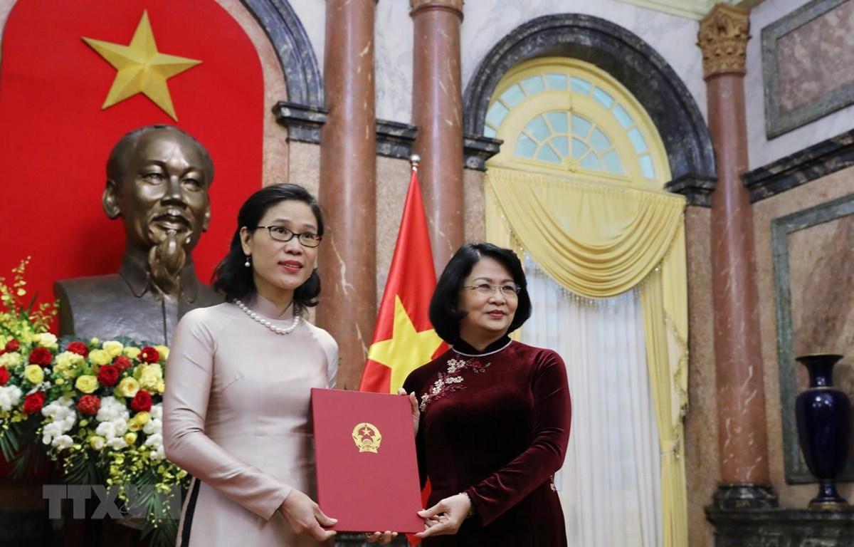Phó Chủ tịch nước Đặng Thị Ngọc Thịnh trao Quyết định bổ nhiệm cho Đại sứ Việt Nam tại Cộng hòa Phần Lan kiêm nhiệm Cộng hòa Estonia Đặng Thị Hải Tâm. (Ảnh: Lâm Khánh/TTXVN)