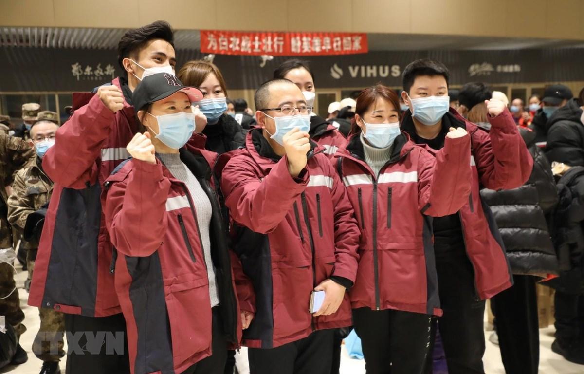 Các nhân viên y tế Trung Quốc chụp ảnh lưu niệm tại Hắc Long Giang trước khi khởi hành tới Hồ Bắc ngày 12/2. (Ảnh: THX/TTXVN)