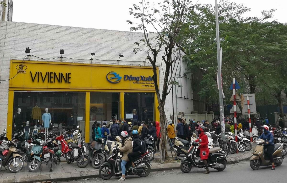 Người dân xếp hàng mua khẩu trang của Công ty Dệt kim Đông Xuân chiều 6/2 vừa qua. (Ảnh: Thanh Tùng/TTXVN)
