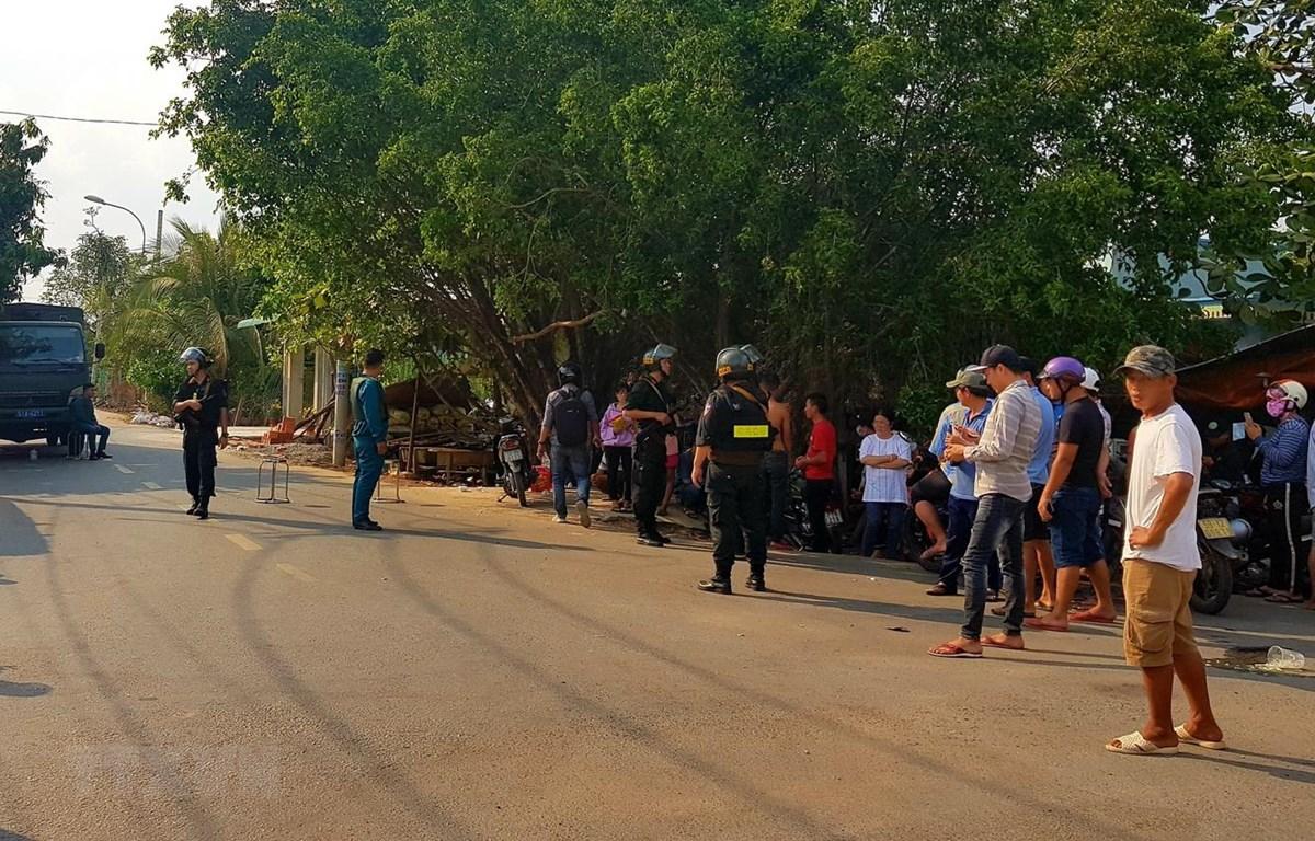 Công an phong tỏa, truy bắt đối tượng Tuấn trên địa bàn huyện Củ Chi. (Ảnh: Thành Chung/TTXVN)