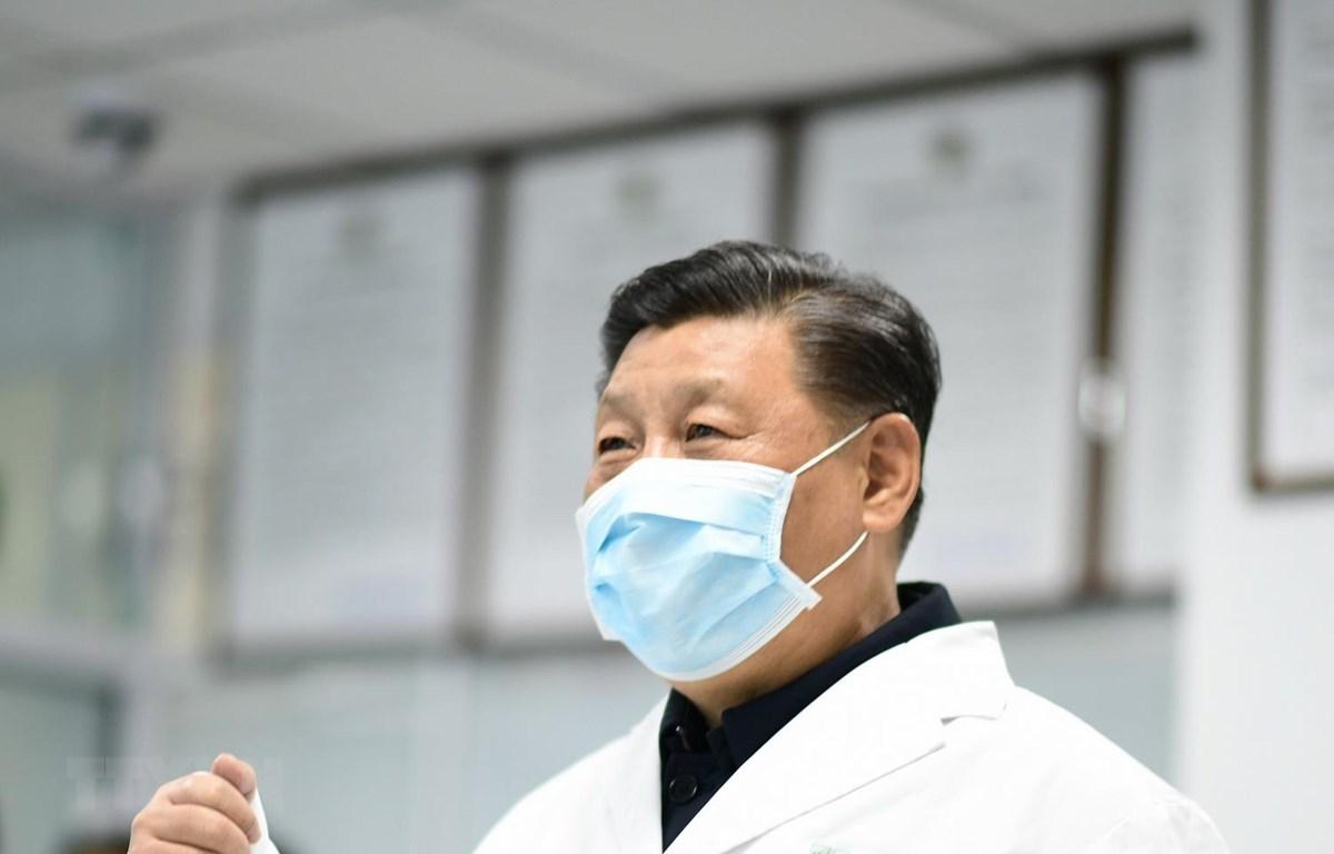 Chủ tịch Trung Quốc Tập Cận Bình đến kiểm tra một trung tâm phòng và kiểm soát bệnh dịch ở Bắc Kinh, Trung Quốc, ngày 10/2 vừa qua. (Ảnh: THX/TTXVN)