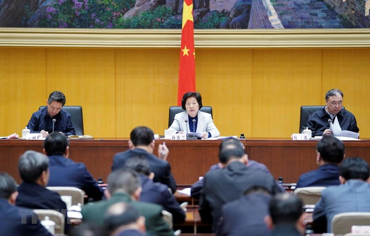 Phó Thủ tướng Trung Quốc Tôn Xuân Lan (giữa) chủ trì cuộc họp thảo luận giải pháp ngăn ngừa và kiểm soát COVID-19 tại Bắc Kinh ngày 20/1 vừa qua. (Ảnh: THX/TTXVN)