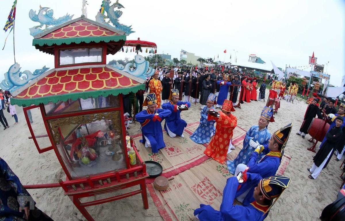 Nghi lễ rước nghinh thần trước biển tại Lễ Cầu ngư. (Ảnh: Trần Lê Lâm/TTXVN)