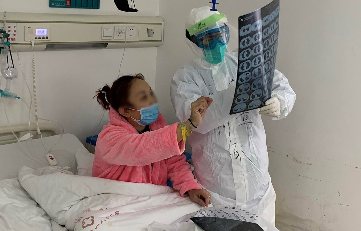 Bệnh nhân nhiễm COVID-19 được điều trị tại bệnh viện ở Vũ Hán, tỉnh Hồ Bắc, Trung Quốc, ngày 19/2 vừa qua. (Ảnh: THX/TTXVN)