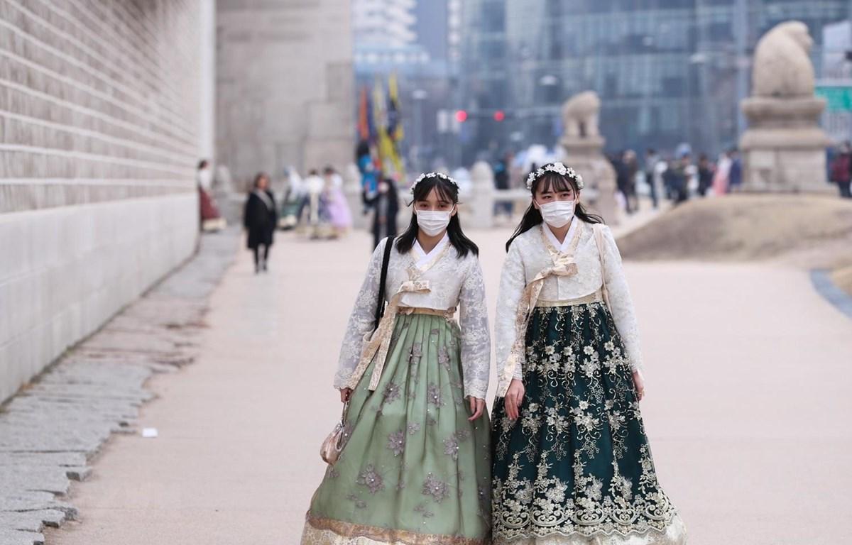 Khách du lịch đeo khẩu trang để phòng tránh lây nhiễm COVID-19 tại Seoul, Hàn Quốc, ngày 21/2. (Ảnh: THX/TTXVN)