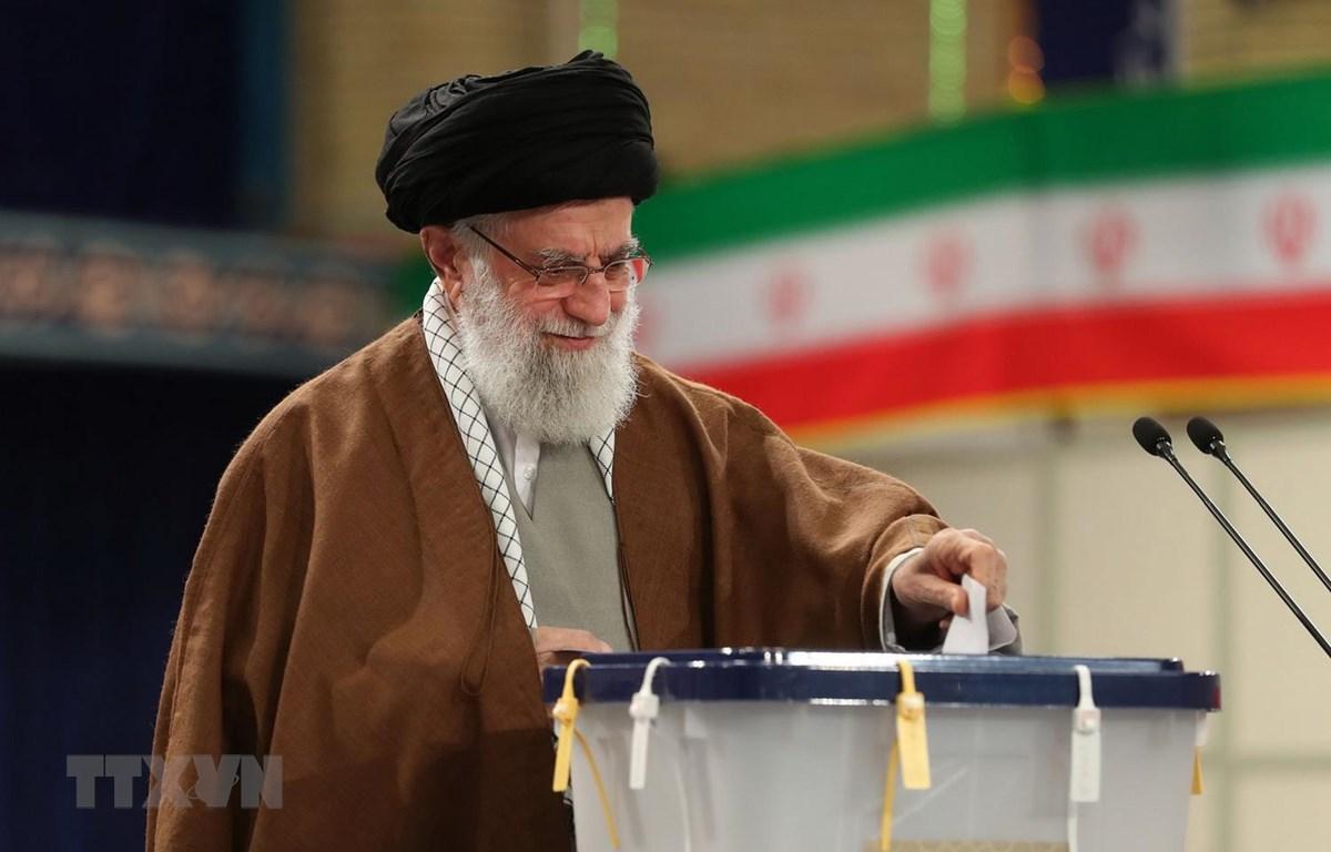 Lãnh tụ tối cao Iran Ayatollah Ali Khamenei bỏ phiếu trong cuộc tổng tuyển cử tại điểm bầu cử ở Tehran ngày 21/2. (Ảnh: AFP/TTXVN)