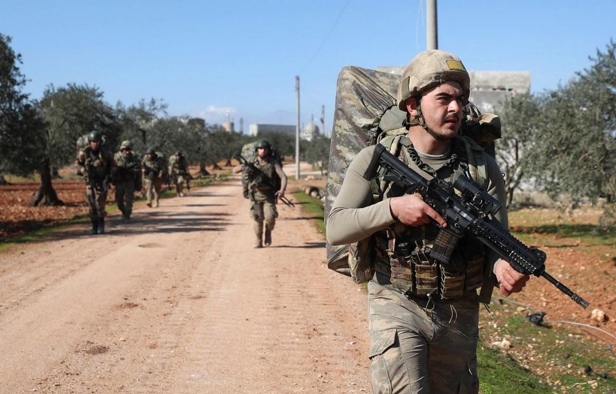 Quân đội Thổ Nhĩ Kỳ được triển khai đến thành phố Idlib, Syria ngày 20/2 vừa qua. (Ảnh: AFP/TTXVN)
