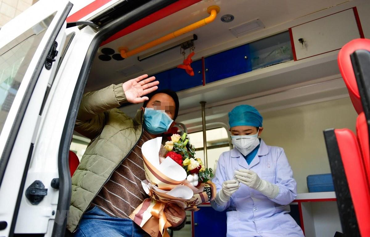 Bệnh nhân nhiễm COVID-19 xuất viện sau khi được chữa khỏi tại tỉnh Thanh Hải, Trung Quốc, ngày 21/2. (Ảnh: THX/TTXVN)