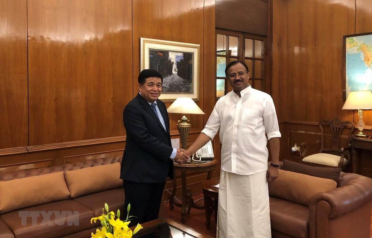 Bộ trưởng Bộ Kế hoạch và Đầu tư Nguyễn Chí Dũng và Bộ trưởng Quốc vụ Bộ Ngoại giao Ấn Độ Shri V. Muraleedharan. (Ảnh: Huy Lê//TTXVN)